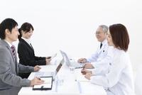 会議をする医師とビジネスマン