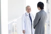 話をする医師とビジネスマン