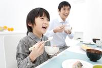 ご飯を食べる男の子と父親