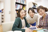 図書館で笑顔の女性3人