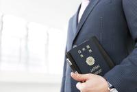 パスポートを持つビジネスマン