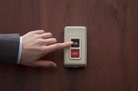 スイッチを押す手