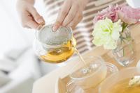 紅茶を注ぐ女性の手元