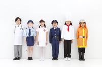 コスチュームを着た子供6人