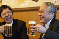 ビールを持つ笑顔のビジネスマン2人