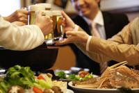 ビールで乾杯しているビジネスマン4人 07800035076| 写真素材・ストックフォト・画像・イラスト素材|アマナイメージズ