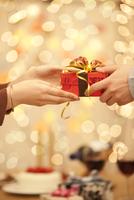 プレゼントを手渡す男女の手