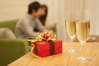 テーブルの上のギフトボックスとシャンパン 07800035386| 写真素材・ストックフォト・画像・イラスト素材|アマナイメージズ
