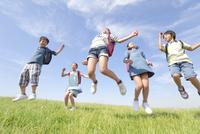 ジャンプしている小学生5人