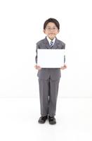 メッセージボードを持つ男の子