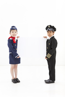 メッセージボードを持つ男の子と女の子