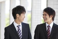 談笑するビジネスマン2人