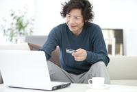 ネットショッピングをしている中高年男性