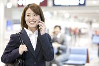 スマートフォンで電話しているビジネスウーマン