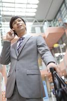 スマートフォンで電話しているビジネスマン