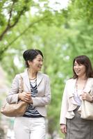 話をしながら歩く中高年女性2人