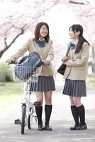 話をしながら歩く女子高生2人