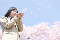 花びらを吹く女子高生