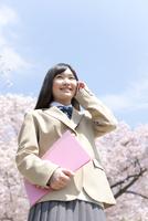 スマートフォンで電話をしている女子高生