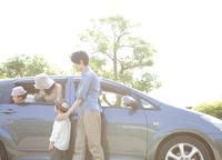 車と家族4人
