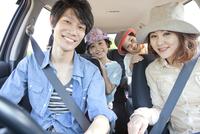 車に乗っている家族4人