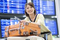 空港でカートを押す女性