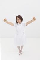ガッツポーズする看護師