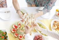 シャンパンで乾杯している女性4人