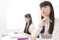 授業を受ける女子学生2人