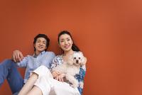 笑顔のカップルと犬