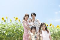 ひまわり畑と笑顔の家族5人 07800039158  写真素材・ストックフォト・画像・イラスト素材 アマナイメージズ