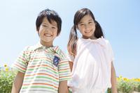 笑顔の姉弟とひまわり畑