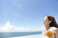 海岸で空を見上げている女性