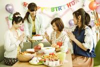 パーティーテーブルを囲む若い女性4人 07800039845| 写真素材・ストックフォト・画像・イラスト素材|アマナイメージズ