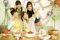 パーティーをする若い女性4人