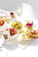 テーブルに並ぶパーティー料理