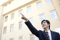 指さしている男子学生