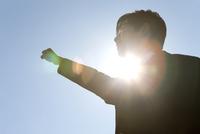 ガッツポーズをする男子学生 07800039990| 写真素材・ストックフォト・画像・イラスト素材|アマナイメージズ