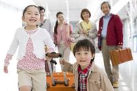 旅行に出かける3世代家族