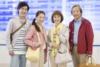旅行カバンを持つ家族4人のポートレート