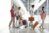 旅行に出かける家族4人