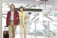 旅行に出かけるシニア夫婦
