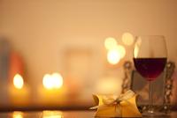 ギフトボックスとワイングラス