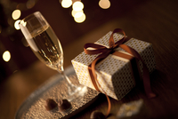 シャンパンとギフトボックス