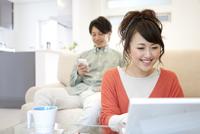 ノートパソコンを操作している女性
