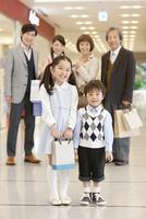 買い物中の3世代家族