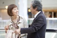 話をしている笑顔の中高年夫婦