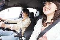 車内で会話している笑顔の夫婦
