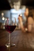 カウンターの上のワイングラス