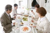 食事をする中高年男女4人